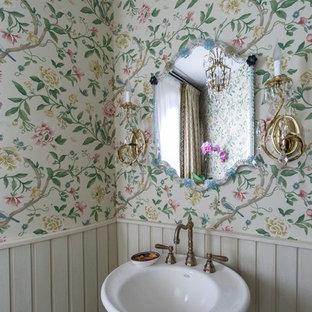 На фото: ванная комната в стиле современная классика с зелеными стенами и консольной раковиной с