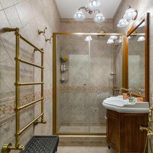 Удачное сочетание для дизайна помещения: ванная комната в классическом стиле с фасадами с утопленной филенкой, фасадами цвета дерева среднего тона, душем в нише, раздельным унитазом, бежевой плиткой, душевой кабиной, монолитной раковиной, бежевым полом и душем с раздвижными дверями - самое интересное для вас
