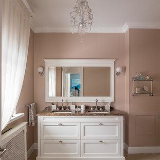 Удачное сочетание для дизайна помещения: ванная комната в классическом стиле с фасадами с утопленной филенкой, белыми фасадами, врезной раковиной, коричневой плиткой, коричневыми стенами и коричневой столешницей - самое интересное для вас