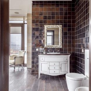Пример оригинального дизайна интерьера: ванная комната в стиле современная классика с белыми фасадами, раздельным унитазом, коричневой плиткой, накладной раковиной, коричневой столешницей, фасадами в стиле шейкер и коричневым полом