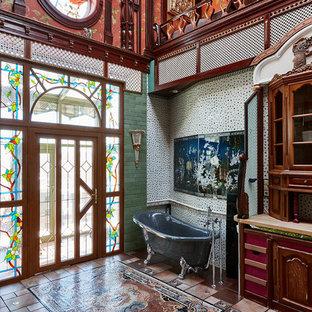 На фото: ванные комнаты в стиле фьюжн с ванной на ножках, зеленой плиткой, разноцветной плиткой и разноцветными стенами