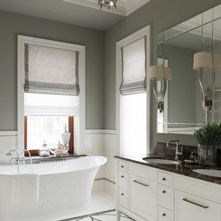 Свежая идея для дизайна: главная ванная комната в стиле современная классика с белыми фасадами, отдельно стоящей ванной, белой плиткой, серыми стенами, врезной раковиной, белым полом, фасадами в стиле шейкер и полом из мозаичной плитки - отличное фото интерьера