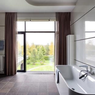 Свежая идея для дизайна: ванная комната в современном стиле с плоскими фасадами, белыми фасадами, отдельно стоящей ванной, настольной раковиной, серым полом и белой столешницей - отличное фото интерьера