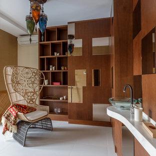 На фото: ванные комнаты в современном стиле с плоскими фасадами, белым полом, фасадами цвета дерева среднего тона, настольной раковиной и белой столешницей