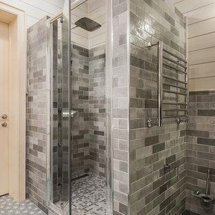 Inspiration för små klassiska badrum med dusch, med luckor med upphöjd panel, beige skåp, en dusch i en alkov, en vägghängd toalettstol, grå kakel, keramikplattor, grå väggar, klinkergolv i keramik, ett nedsänkt handfat, turkost golv och dusch med gångjärnsdörr