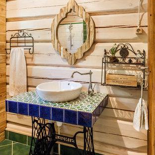 Свежая идея для дизайна: ванная комната в стиле рустика с настольной раковиной, столешницей из плитки и зеленым полом - отличное фото интерьера
