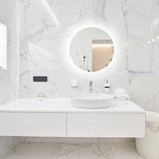 Неиссякаемый источник вдохновения для домашнего уюта: ванная комната среднего размера в современном стиле с плоскими фасадами, белыми фасадами, серой плиткой, керамогранитной плиткой, душевой кабиной, настольной раковиной, столешницей из искусственного камня, серым полом и белой столешницей