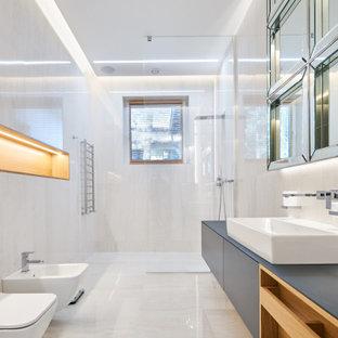 На фото: большая главная ванная комната в современном стиле с плоскими фасадами, серыми фасадами, открытым душем, инсталляцией, белой плиткой, настольной раковиной, белым полом и серой столешницей