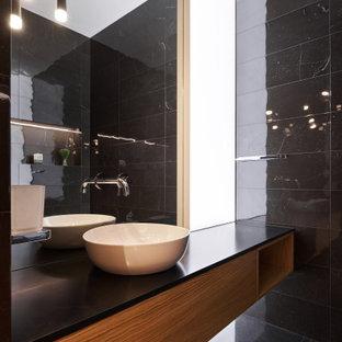 Свежая идея для дизайна: ванная комната среднего размера в современном стиле с плоскими фасадами, фасадами цвета дерева среднего тона, черной плиткой, полом из керамогранита, душевой кабиной, настольной раковиной, серым полом и черной столешницей - отличное фото интерьера