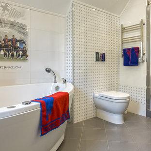 Новый формат декора квартиры: детская ванная комната в современном стиле с гидромассажной ванной, душем в нише, раздельным унитазом и белой плиткой