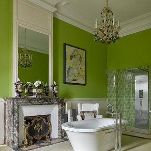 Aménagement d'une salle de bain principale éclectique de taille moyenne avec une baignoire indépendante, une douche à l'italienne, un mur vert et un carrelage beige.