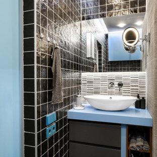 Стильный дизайн: ванная комната в современном стиле с плоскими фасадами, черными фасадами, черной плиткой, настольной раковиной, серым полом и синей столешницей - последний тренд