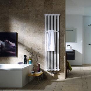 Свежая идея для дизайна: ванная комната в современном стиле с бежевыми стенами - отличное фото интерьера