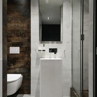 Ispirazione per una stanza da bagno con doccia minimal con doccia alcova, WC sospeso, piastrelle marroni, pavimento grigio e porta doccia scorrevole