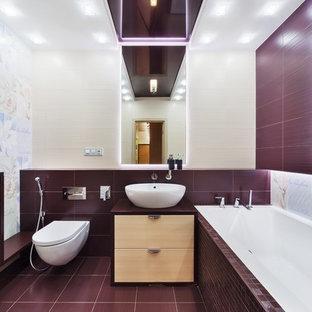 Exempel på ett modernt badrum med dusch, med släta luckor, beige skåp, ett platsbyggt badkar, en vägghängd toalettstol, flerfärgad kakel, lila väggar, ett fristående handfat och lila golv
