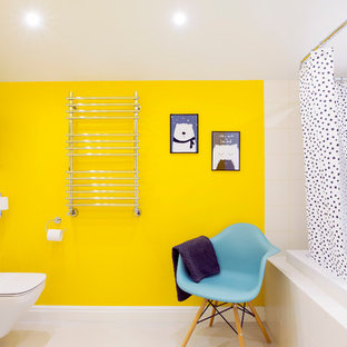 Идея дизайна: большая ванная комната в современном стиле с плоскими фасадами, белыми фасадами, угловой ванной, душем над ванной, инсталляцией, белой плиткой, желтыми стенами, душевой кабиной, белым полом и шторкой для душа