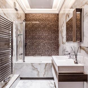 Пример оригинального дизайна: главная ванная комната в современном стиле с плоскими фасадами, ванной в нише, душем над ванной, бежевой плиткой, коричневой плиткой, монолитной раковиной и душем с распашными дверями