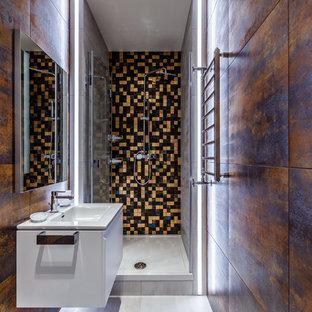 На фото: маленькие ванные комнаты в современном стиле с плоскими фасадами, белыми фасадами, душем в нише, коричневой плиткой, душевой кабиной, монолитной раковиной, серым полом и душем с раздвижными дверями