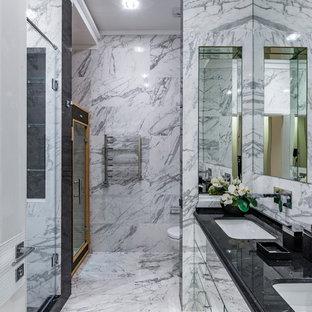 Удачное сочетание для дизайна помещения: ванная комната в современном стиле с плоскими фасадами, душем в нише, инсталляцией, белой плиткой, серой плиткой, душевой кабиной, врезной раковиной, серым полом, душем с распашными дверями, черной столешницей, мраморной плиткой и мраморным полом - самое интересное для вас
