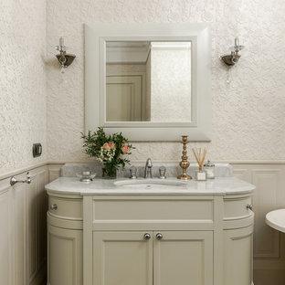 На фото: с высоким бюджетом главные ванные комнаты в стиле современная классика с фасадами с утопленной филенкой и бежевыми стенами