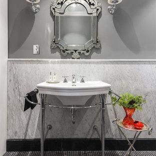 Создайте стильный интерьер: ванная комната в стиле современная классика с серой плиткой, серыми стенами, полом из мозаичной плитки, консольной раковиной и черным полом - последний тренд