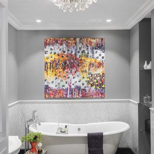 Неиссякаемый источник вдохновения для домашнего уюта: главная ванная комната в стиле современная классика с ванной на ножках, биде, серой плиткой, серыми стенами, полом из мозаичной плитки, консольной раковиной и черным полом