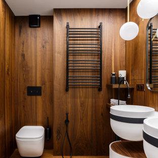 Свежая идея для дизайна: ванная комната в современном стиле с коричневыми стенами, паркетным полом среднего тона, подвесной раковиной и коричневым полом - отличное фото интерьера