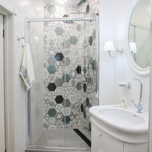 Ejemplo de cuarto de baño con ducha, actual, pequeño, con armarios con paneles lisos, puertas de armario blancas, ducha empotrada, baldosas y/o azulejos blancos, baldosas y/o azulejos multicolor, baldosas y/o azulejos de cerámica, suelo de baldosas de porcelana, suelo gris, ducha con puerta corredera y lavabo integrado