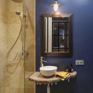 Новые идеи обустройства дома: ванная комната в морском стиле с душем в нише, синими стенами, настольной раковиной, открытыми фасадами, бежевой плиткой, душевой кабиной и открытым душем