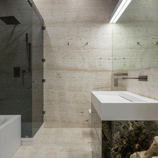 Ejemplo de cuarto de baño principal, contemporáneo, pequeño, con baldosas y/o azulejos de travertino, suelo de travertino, suelo beige, baldosas y/o azulejos beige y lavabo integrado