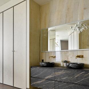 Неиссякаемый источник вдохновения для домашнего уюта: ванная комната в современном стиле с плоскими фасадами, серыми фасадами, бежевыми стенами, настольной раковиной, бежевым полом, бежевой столешницей, тумбой под две раковины и подвесной тумбой