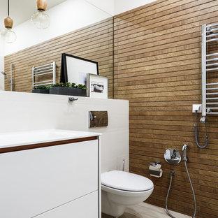 Пример оригинального дизайна: ванная комната в современном стиле с плоскими фасадами, белыми фасадами, инсталляцией, коричневой плиткой, белыми стенами и серым полом