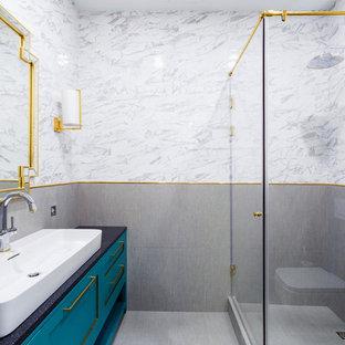Свежая идея для дизайна: маленькая ванная комната в современном стиле с бирюзовыми фасадами, угловым душем, инсталляцией, серой плиткой, мраморной плиткой, душевой кабиной, столешницей из гранита, серым полом, душем с распашными дверями, фасадами в стиле шейкер, настольной раковиной и черной столешницей - отличное фото интерьера
