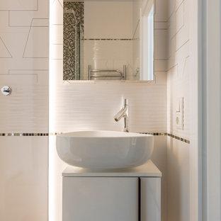 Неиссякаемый источник вдохновения для домашнего уюта: маленькая ванная комната в современном стиле с плоскими фасадами, белыми фасадами, керамической плиткой, душевой кабиной, настольной раковиной, тумбой под одну раковину, подвесной тумбой, белой плиткой, белыми стенами и белой столешницей