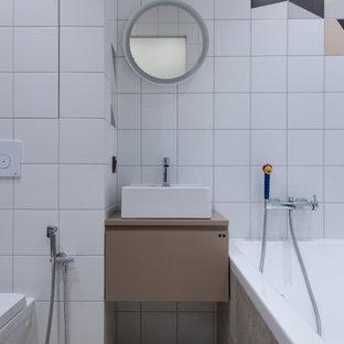 Неиссякаемый источник вдохновения для домашнего уюта: главная ванная комната в современном стиле с плоскими фасадами, бежевыми фасадами, душем над ванной, инсталляцией, белой плиткой, разноцветной плиткой, настольной раковиной, бежевым полом и бежевой столешницей