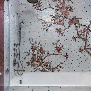 Свежая идея для дизайна: главная ванная комната в стиле современная классика с ванной в нише, душем над ванной, разноцветной плиткой и плиткой мозаикой - отличное фото интерьера