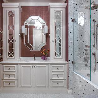 На фото: главная ванная комната в стиле современная классика с фасадами с утопленной филенкой, ванной в нише, душем над ванной, плиткой мозаикой, коричневыми стенами, полом из мозаичной плитки, накладной раковиной, белым полом, белой столешницей, бежевыми фасадами и разноцветной плиткой с