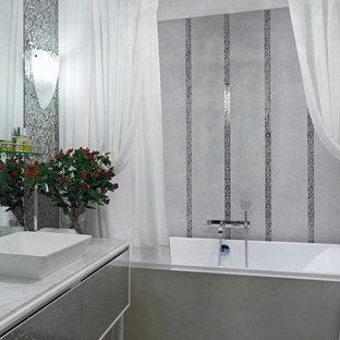 Новые идеи обустройства дома: главная ванная комната в стиле современная классика с плоскими фасадами, серыми фасадами, ванной в нише, серой плиткой, настольной раковиной, серым полом, шторкой для душа и белой столешницей
