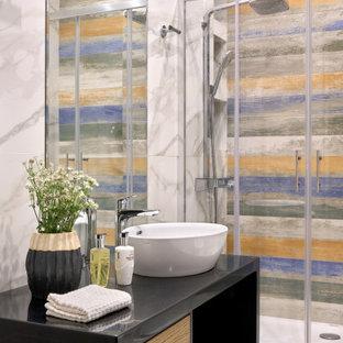 Свежая идея для дизайна: ванная комната среднего размера в современном стиле с плоскими фасадами, фасадами цвета дерева среднего тона, душем в нише, серой плиткой, белой плиткой, керамогранитной плиткой, полом из керамогранита, душевой кабиной, настольной раковиной, разноцветным полом, душем с распашными дверями и белой столешницей - отличное фото интерьера