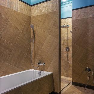 Свежая идея для дизайна: главная ванная комната в современном стиле с коричневой плиткой, синими стенами, коричневым полом, ванной в нише, открытым душем и душем без бортиков - отличное фото интерьера