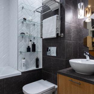 Идея дизайна: ванная комната среднего размера в современном стиле с плоскими фасадами, фасадами цвета дерева среднего тона, накладной ванной, душем над ванной, инсталляцией, черной плиткой, душевой кабиной, настольной раковиной, разноцветным полом, черной столешницей, тумбой под одну раковину и встроенной тумбой