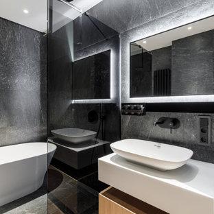 Неиссякаемый источник вдохновения для домашнего уюта: главная ванная комната среднего размера в современном стиле с плоскими фасадами, бежевыми фасадами, отдельно стоящей ванной, душевой комнатой, серой плиткой, керамогранитной плиткой, полом из керамогранита, настольной раковиной, бежевым полом, открытым душем, белой столешницей, тумбой под одну раковину и подвесной тумбой