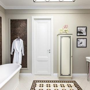 Стильный дизайн: главная ванная комната в стиле современная классика с отдельно стоящей ванной, коричневой плиткой, бежевыми стенами, консольной раковиной и бежевым полом - последний тренд