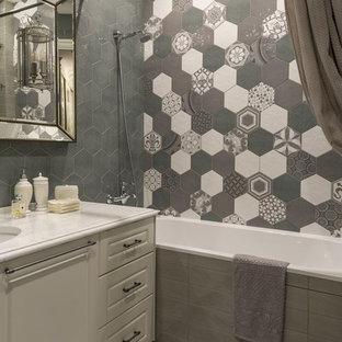 Свежая идея для дизайна: главная ванная комната в стиле современная классика с ванной в нише, душем над ванной, серой плиткой, врезной раковиной и шторкой для душа - отличное фото интерьера