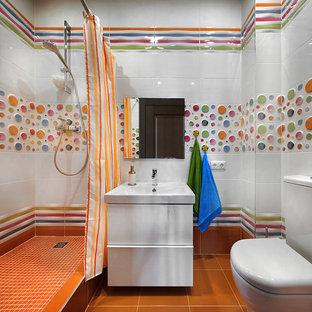 Esempio di una stanza da bagno con doccia design con ante lisce, ante bianche, doccia aperta, WC sospeso, piastrelle multicolore, piastrelle in gres porcellanato, pareti multicolore, pavimento con piastrelle in ceramica, lavabo sospeso, pavimento arancione e doccia con tenda