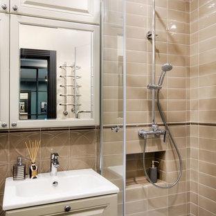 Новый формат декора квартиры: маленькая ванная комната в стиле современная классика с фасадами с выступающей филенкой, бежевыми фасадами, душевой кабиной, угловым душем, душем с распашными дверями, унитазом-моноблоком, серой плиткой, керамической плиткой, серыми стенами, полом из керамогранита и подвесной раковиной