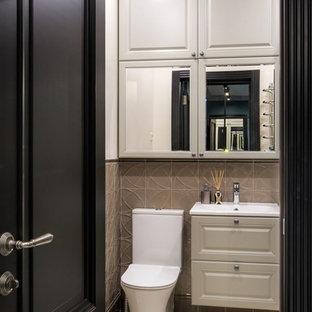 Foto di una piccola stanza da bagno con doccia tradizionale con pavimento beige, ante con bugna sagomata, ante grigie, doccia ad angolo, WC monopezzo, piastrelle grigie, piastrelle in ceramica, pareti grigie, pavimento in gres porcellanato, lavabo sospeso e porta doccia a battente