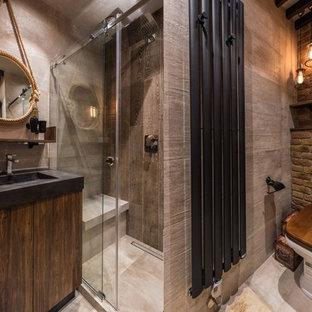 Свежая идея для дизайна: ванная комната в стиле лофт с плоскими фасадами, темными деревянными фасадами, душем в нише, раздельным унитазом, коричневой плиткой, серой плиткой, коричневыми стенами, душевой кабиной, монолитной раковиной, серым полом и душем с раздвижными дверями - отличное фото интерьера