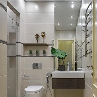 Modelo de cuarto de baño con ducha, contemporáneo, con armarios con paneles lisos, puertas de armario marrones, ducha empotrada, sanitario de pared, baldosas y/o azulejos beige, baldosas y/o azulejos marrones, suelo beige, ducha con puerta con bisagras y lavabo integrado