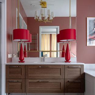 На фото: главная ванная комната в современном стиле с фасадами в стиле шейкер, фасадами цвета дерева среднего тона, полновстраиваемой ванной, красными стенами, врезной раковиной и белой столешницей с